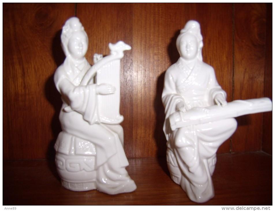 Statuette Ancienne D'enfant Assis En Biscuit - Sculptures