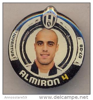 PIN´S FOOTBALL JUVENTUS - GIOCATORE (SERGIO BERNARDO ALMIRON - N° 4) STAGIONE 2007/08 - LEGGI - Pin's