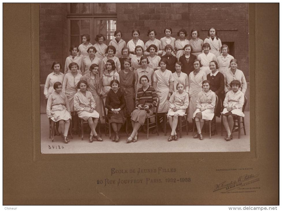 PHOTO DE CLASSE COLLEE SUR CARTON D'ORIGINE ECOLE DE JEUNES FILLES 20 RUE JOUFFROY PARIS 1932-1933 FORMAT PHOTO 16.2 X22 - Fotos
