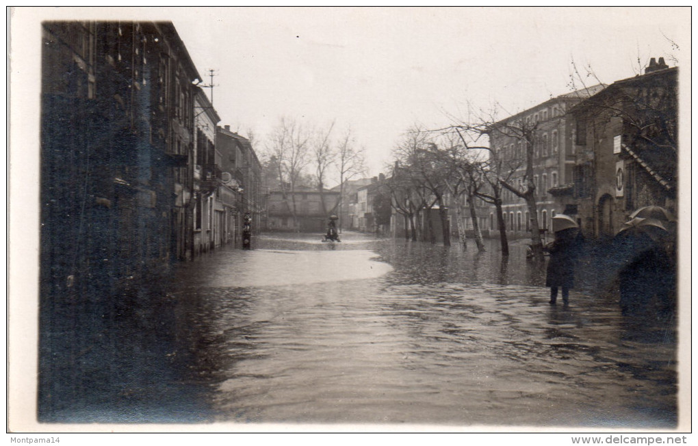 Carte Photo A Situer , Rue Innondee..pompe A Essence ....lieu A Iddentifier - Cartes Postales