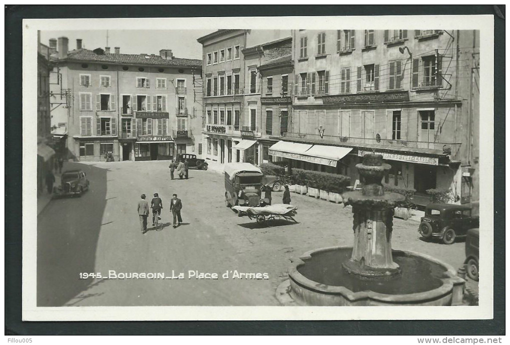 38 BOURGOIN (ISERE). ANIMEE..LA PLACE D' ARMES...CAMION.. AUTOMOBILE..FONTAINE....C1870 - Bourgoin