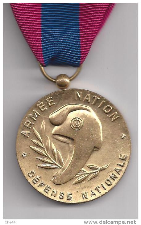 Médaille De Bronze De La Défense Nationale Avec Agraffe Transmissions. ( Voircommentaires) - France
