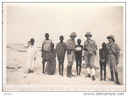 PETITE PHOTO SENEGAL DAKAR 3 MILITAIRES AVEC DES ENFANTS SENEGALAIS JUILLET 1940 - Régiments