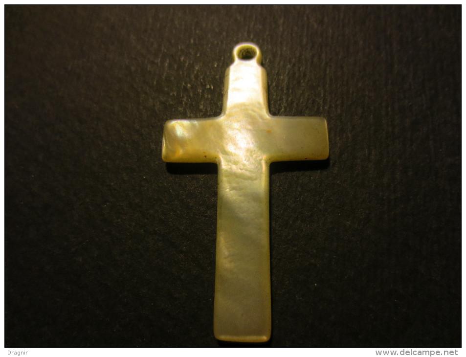 Petite Croix De Cou Ancienne Sculpté Dans De La Nacre - Autres