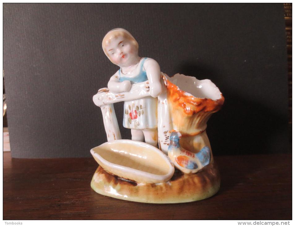 Pyrogène En Porcelaine - Petite Fille à La Basse - Cour - XIX E Siècle - - Pyrogènes