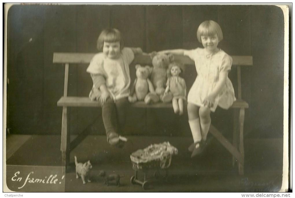 """CARTE PHOTO  ENFANTS ET LEUR JOUETS FILLETTE OURS POUPEE LANDAU  CHAT  """"EN FAMILLE""""  ECRITE CIRCULEE EN 1926 - Fotografía"""