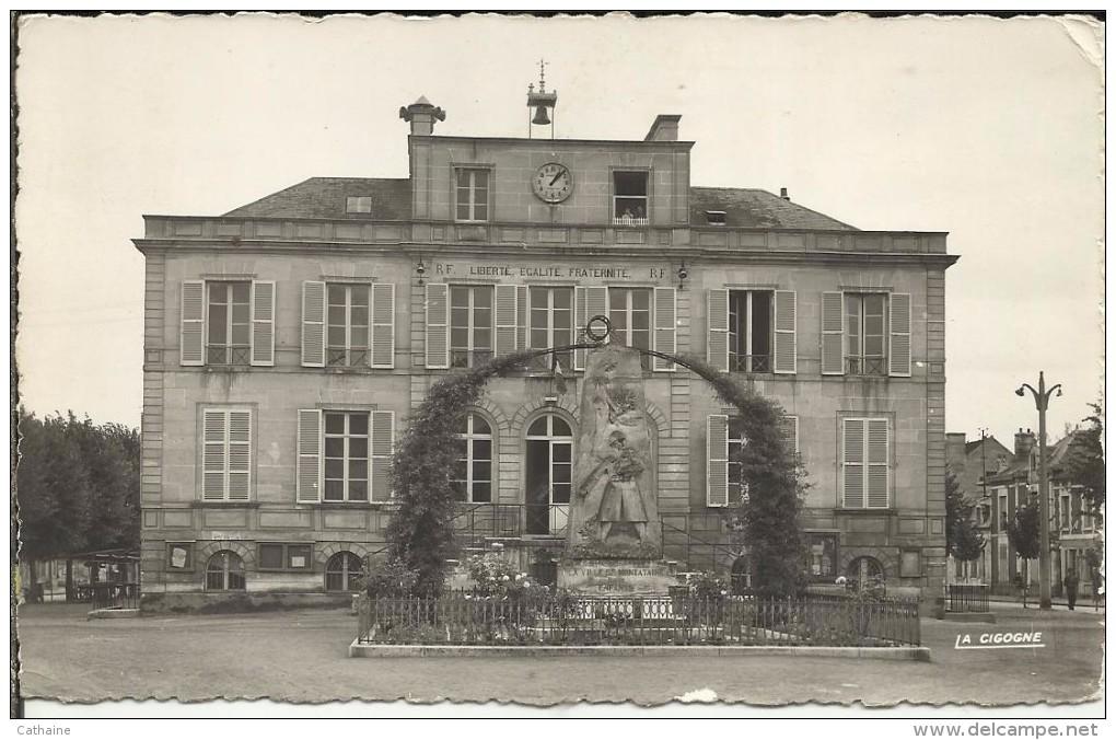 60 . MONTATAIRE . L HOTEL DE VILLE ET LE NONUMENT AUX MORTS - Montataire