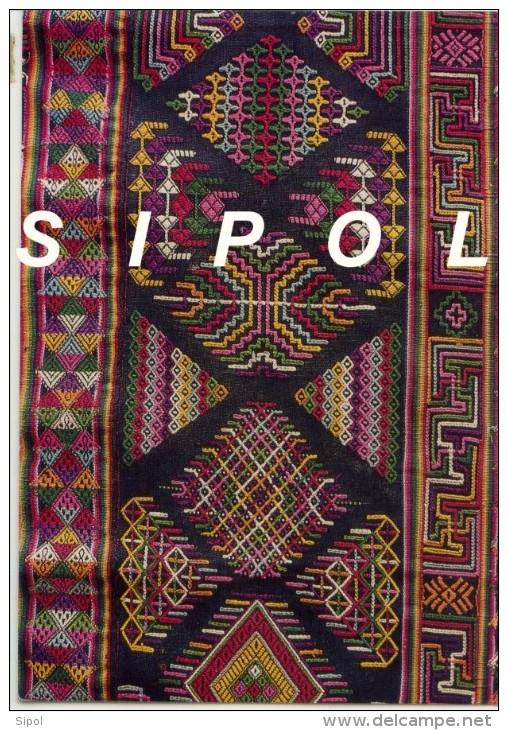 Tissu Noir  Brodé  - Bhoutan - Timbres à Motifs Floraux Voyagé En 2006 - Bhoutan