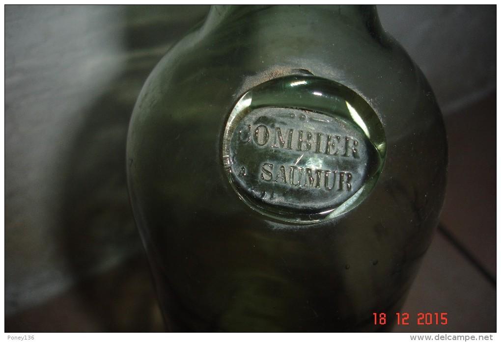 Bouteille Xix èverre Vert Pâle ,pastille Combier à Saumur ,cul Ogive .H:30 Cms ,D:8 Cms. - Autres Bouteilles