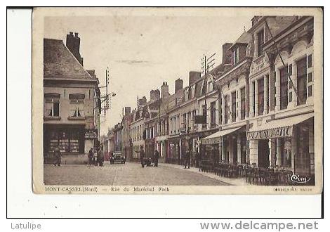 Mont-Cassel  59   La Rue Du Marechal Foch Bien Animée-Voiture-Café-Restaurant Et Epicerie - Autres Communes