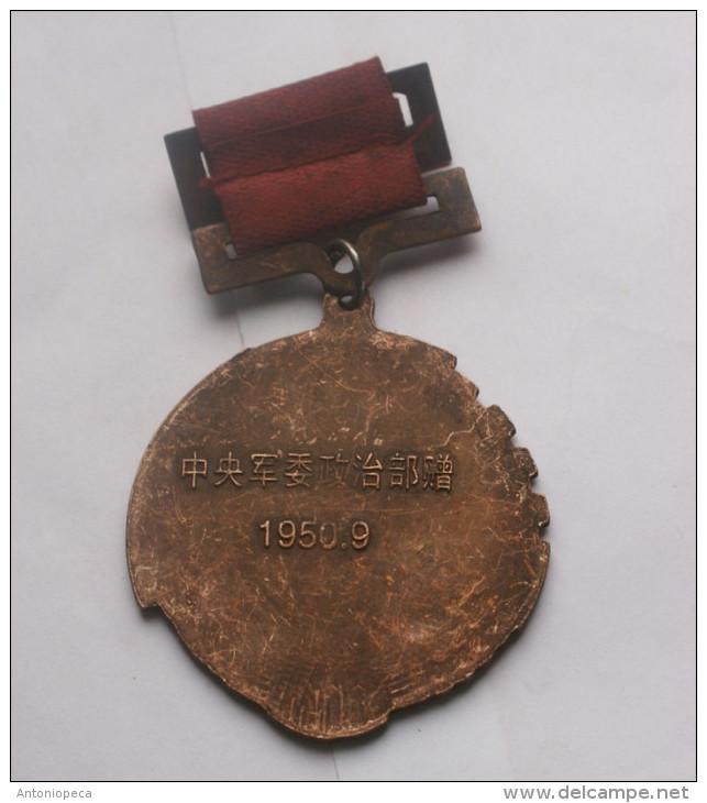 REPUBBLICA POPOLARE CINESE - MEDAGLIA MLITARE IN BRONZO PERIODO MAO (5) - Medals