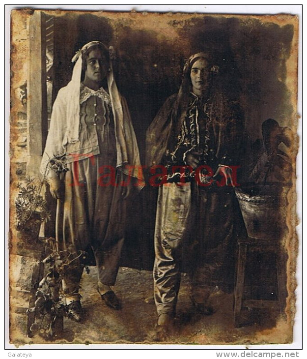 BULGARIA 1920s TWO YOUNG TURKISH WOMEN IN NATIONAL ATTIRE SMALL REAL PHOTO Ab024 - Europa