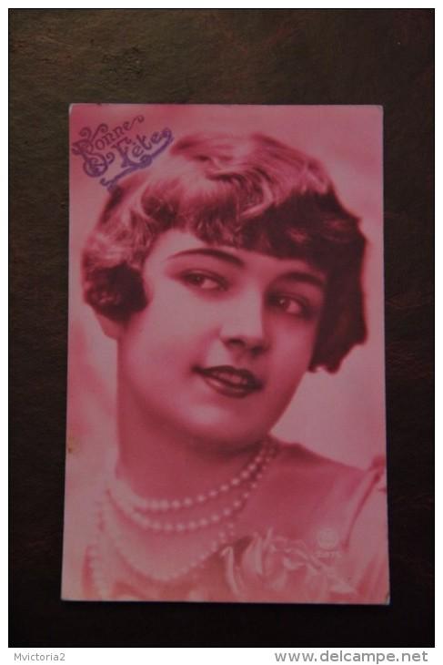 Jeune Femme Au Collier De Perles - Femmes