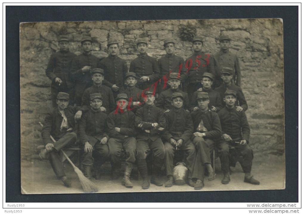MILITARIA : CARTE PHOTO MILITAIRE : QUIMPER 1915 SOLDATS DU 151e PARLE D ALLER A DOUARNENEZ LIRE CARTE - Personnages