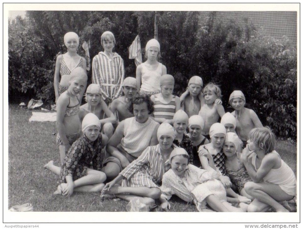 Photo Originale Plage Et Maillot De Bain - Groupe De Gamins En Classe De Mer Avec Leur Maîtresse - Bonnets De Bain - Pin-Ups