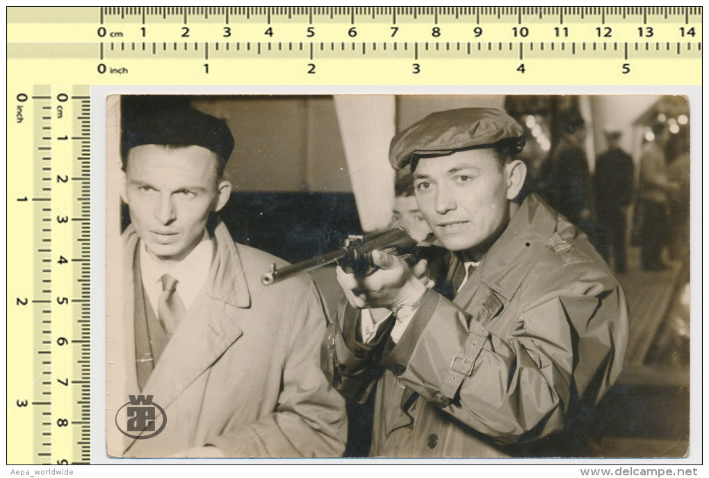 1960 Paris Stand De Tir Forain Shooting Stand Shooter Rifle Air BB Gun Games Kermesse - Vintage Old Original Photo - Photographie