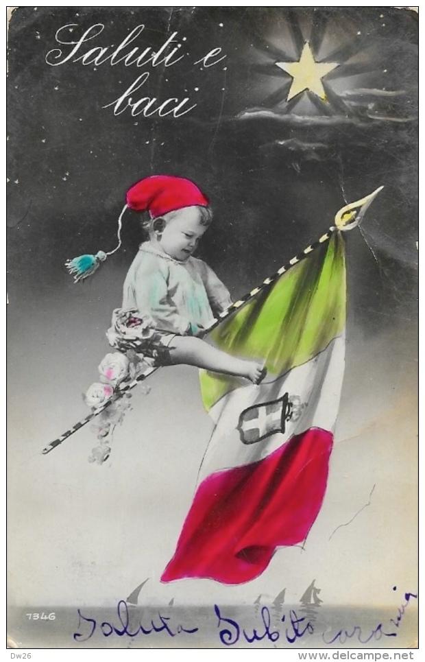 Saluti E Baci - Bébé Sur Drapeau Italien - Carte Colorisée N°7346 - Patriottisch