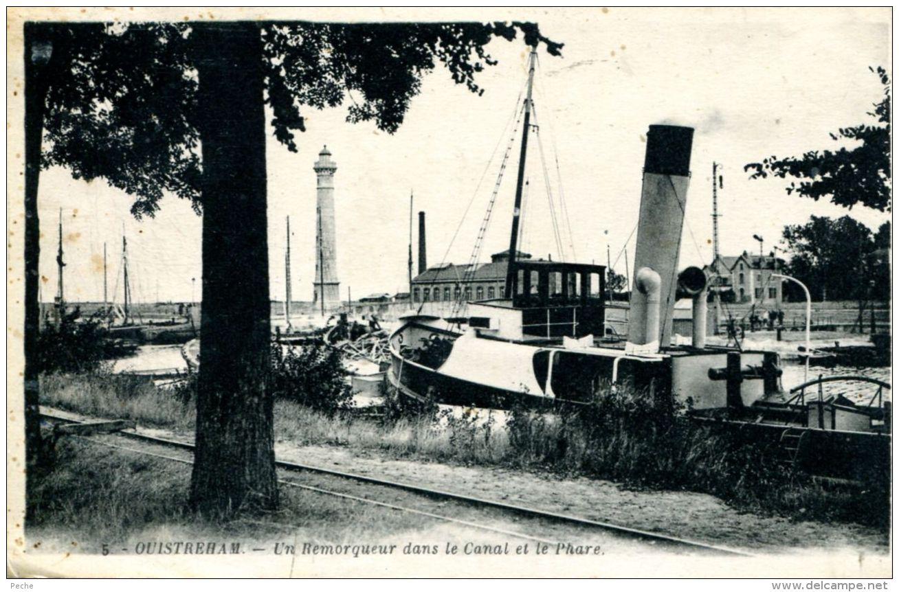 N°305 E -cpa Ouistreham -un Remorqueur Dans Le Canal Et Le Phare- - Remorqueurs
