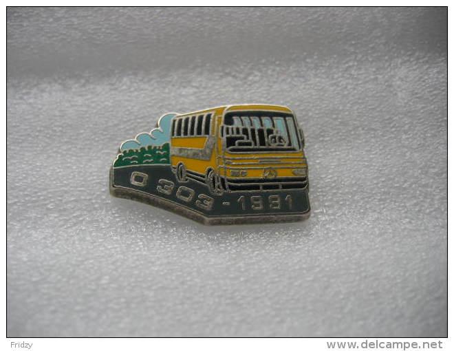 Pin's Bus, Autocar De Voyages De Marque MERCEDES, D303 De 1991 - Transport