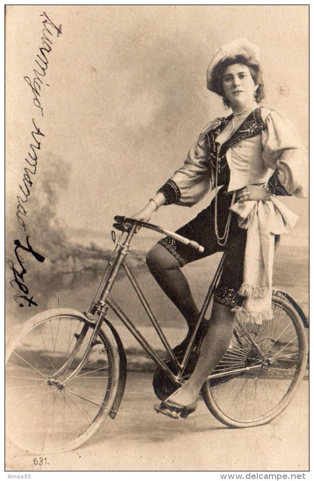 2745. LOT DE 2 CPA FANTAISIE. JEUNES FEMMES A BICYCLETTE - Cartes Postales
