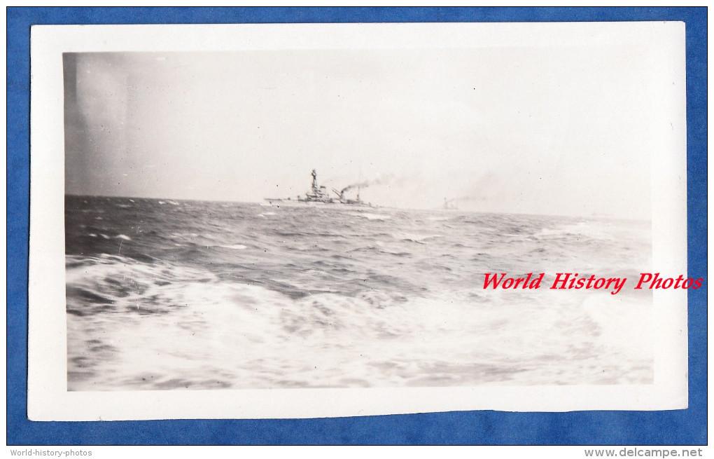 Photo Ancienne Snapshot - En Mer - Effet De Vague - Navire De Guerre Sur Ligne D'horizon - Marine Nationale Bateau Ship - Bateaux