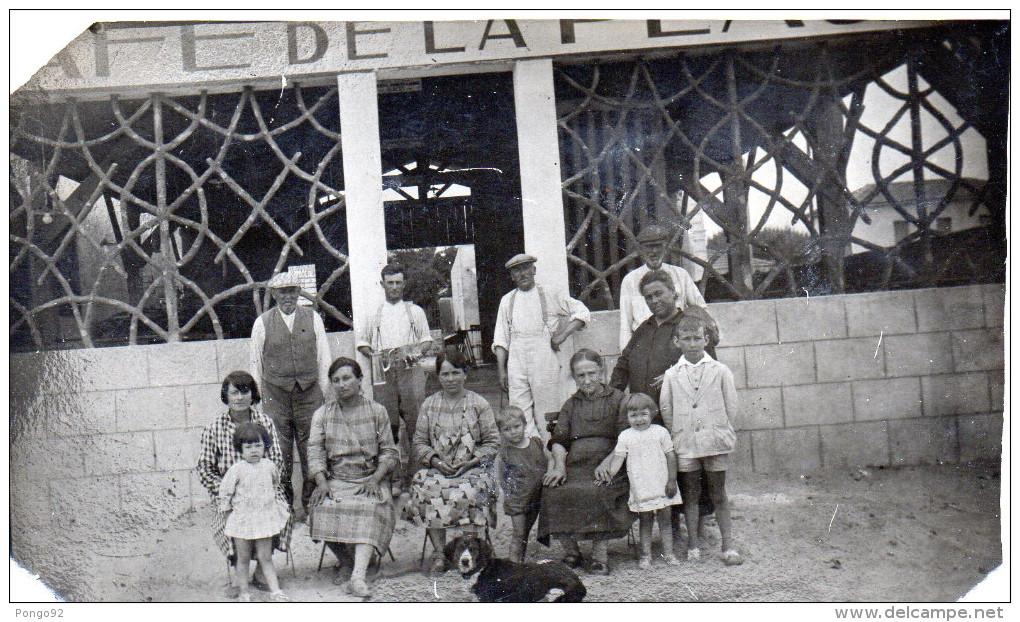Photo 1931 D'une Famille Devant Un Café De La Plage  ? (à Identifier) (52.60) - Métiers