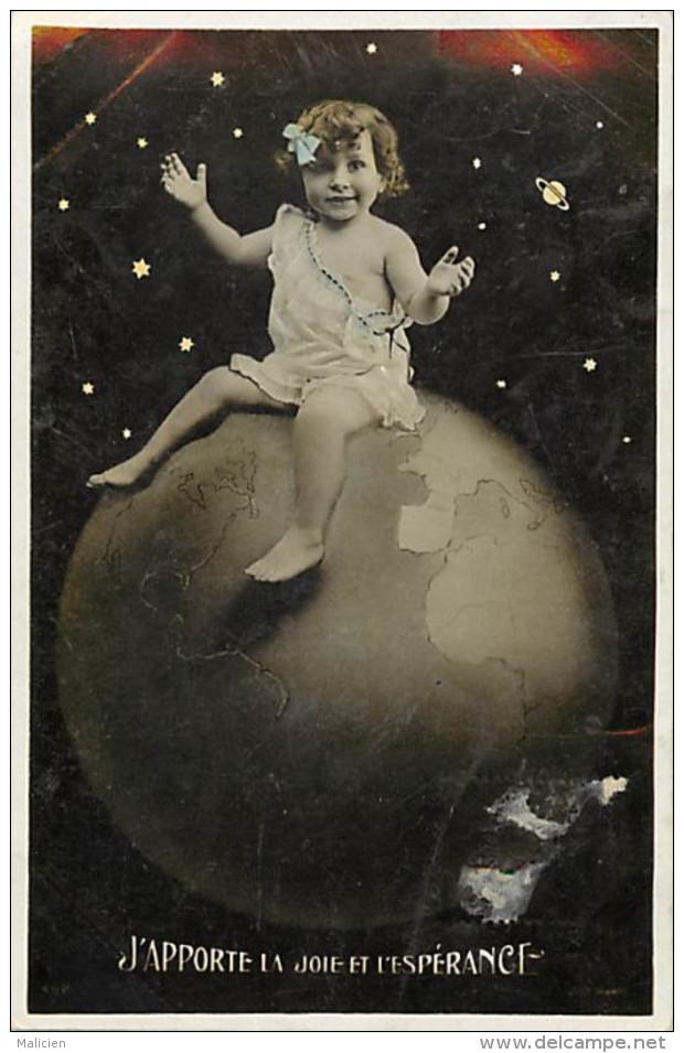 - Themes Divers -ref-M705- Fantaisies - Bebe Assis Sur Globe Terrestre Au Milieu Des Planetes Et Des Etoiles - Bebes - - Bébés