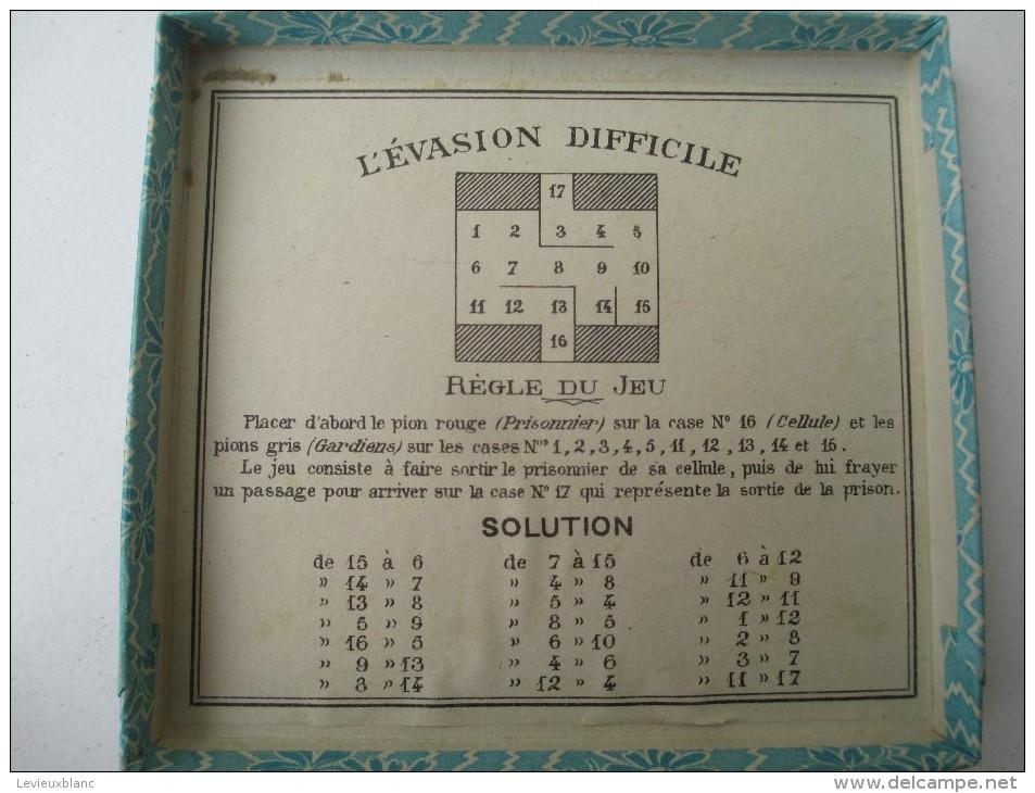 """Jeu Ancien/""""L'Evasion Difficile""""/Jeu De Société /Tapisde Fond De Boite, 11 Pions Et Régle Du Jeu/ Vers 1880-1900   JE145 - Jeux De Société"""