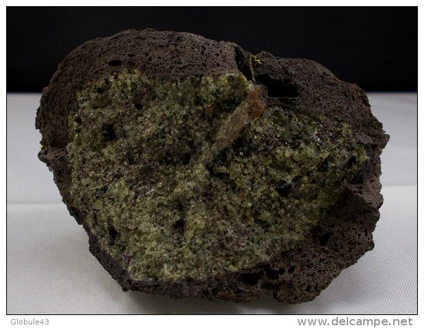 PERIDOT OLIVINE AVEC SA CROUTE DE LAVE  7, X 4,5 CM VOLCAN DU BRIANCON LANGEAC - Mineralien