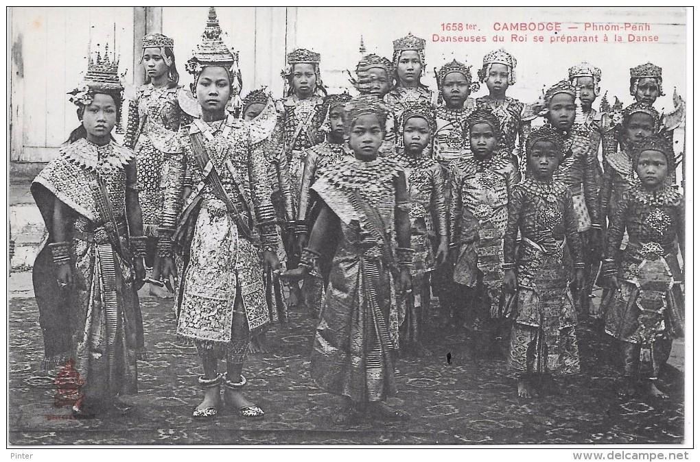 CAMBODGE - Phnom Penh - Danseuses Du Roi Se Préparant à La Danse - Cambodia