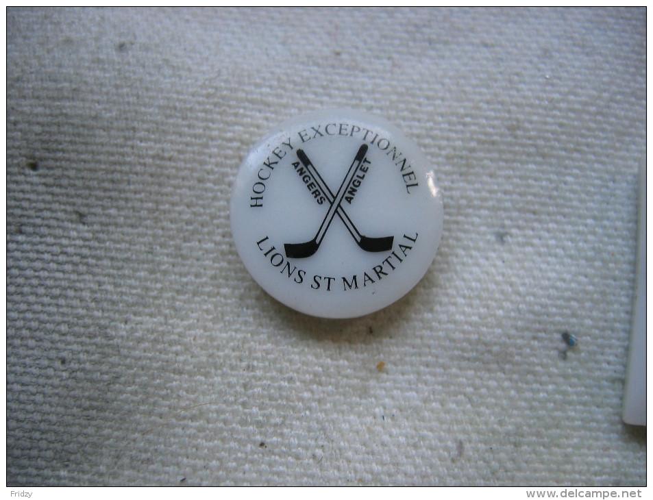 Pin's En Porcelaine Du Club De Hockey Sur Glace De La Ville D'Angers. Hockey Exceptionnel, Lions St Martial - Patinage Artistique
