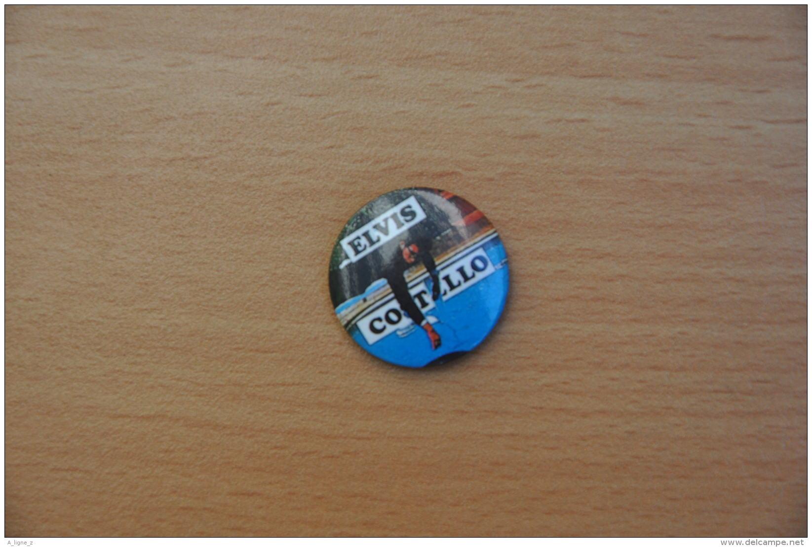 REF Y1  : Badge Ancien Epok 1980 Punk Rock Pin's Elvis Costello - Musique