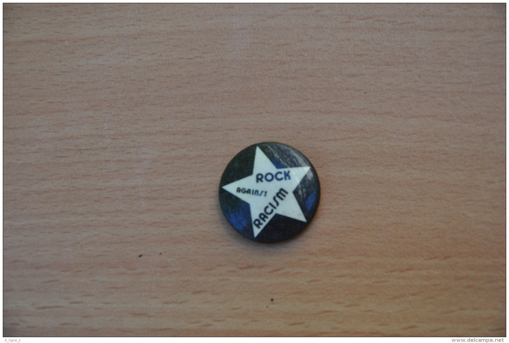 REF Y2  : Badge Ancien Epok 1980 Punk Pop Hard Rock Pin's Rock Against Racism - Musique