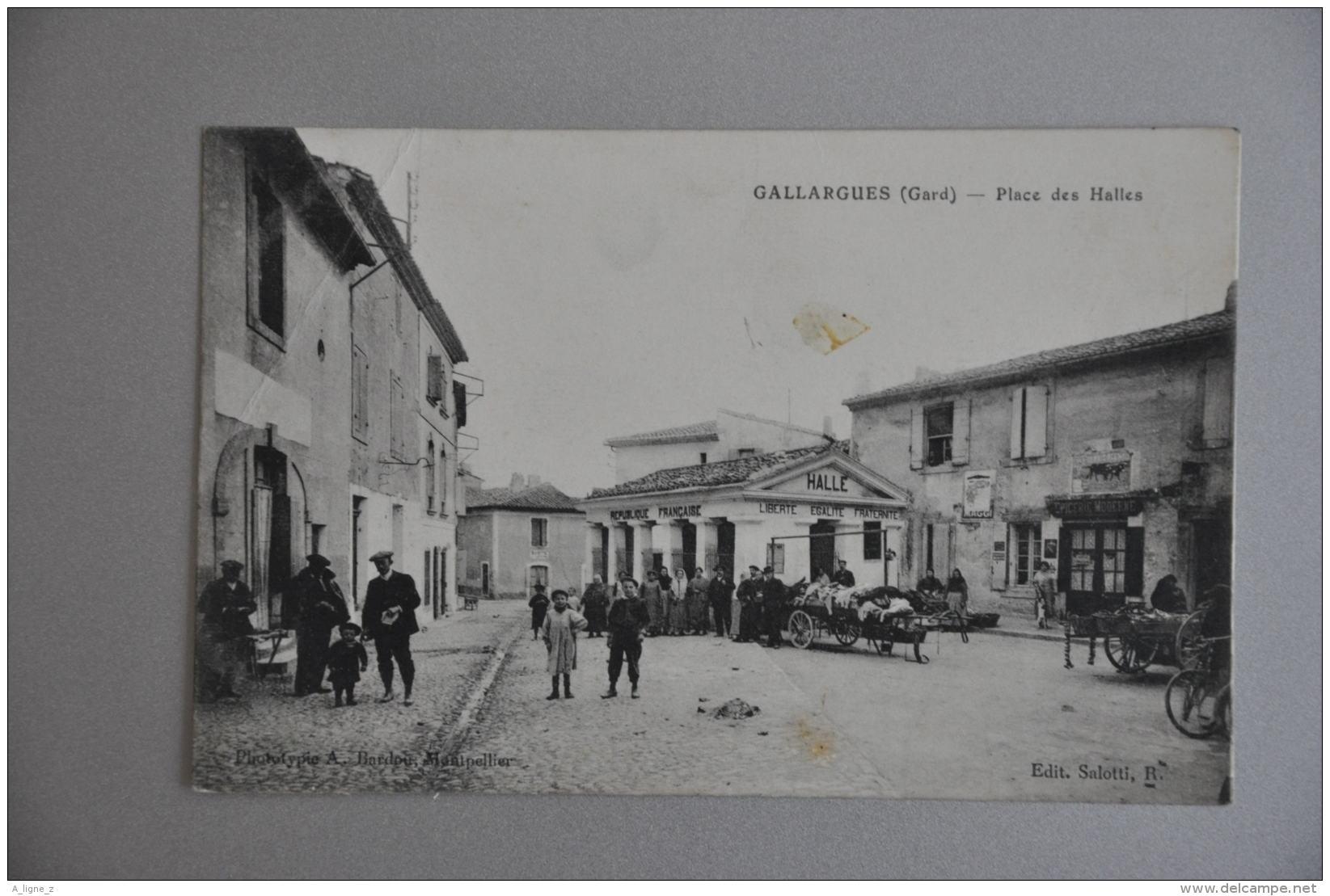 REF 261  : CPA 30 GALLARGUES Place Des Halles Belle Animation - Gallargues-le-Montueux