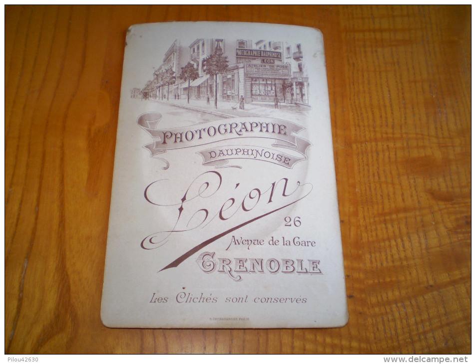 Photo Cabinet Bombée Chasseur Alpin Du 30° BCA, épreuve Obtenue La Nuit.illustrée Autour. Léon à Grenoble,gravure Au Dos - Guerre, Militaire