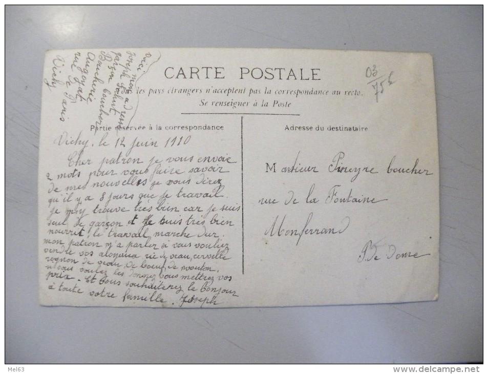 A393. CPA. . Carte Photo. 03. VICHY. Abbatoir. Bouchers En Action.  Beau Plan Animé.  écrite 1910 - Halles