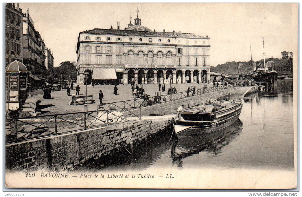 64 BAYONNE --- Place De La Liberté Et Le Theatre - Bayonne