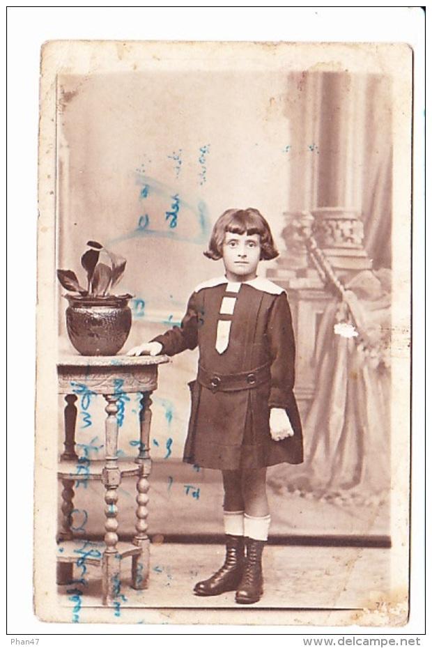 PETITE FILLE DEVANT GUERIDON, PORTRAIT, Ed. The Fancy Dress Studio (GB) 1919 Delaune, Beslon, Villedieu Les Poëles - Photographie