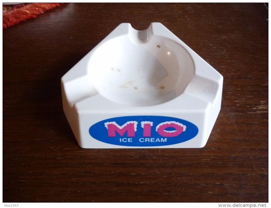 CENDRIER -   MIO ICE CREAM-   Blanc , Triangulaire: Côté: 14,5cm, Ht: 4 Cm , S.e.v.n. Otten Plastic, Bxl - Cendriers