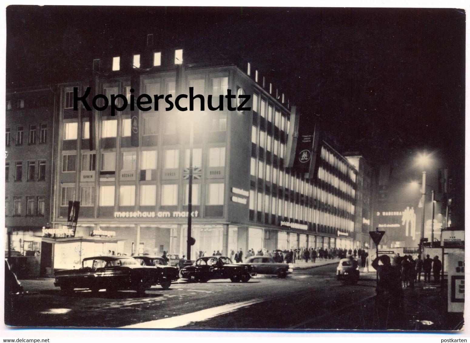 ÄLTERE POSTKARTE MESSESTADT LEIPZIG MESSEHAUS AM MARKT bei Nacht Briefmarke 10 Jahre NVA Flags Ansichtskarte cpa