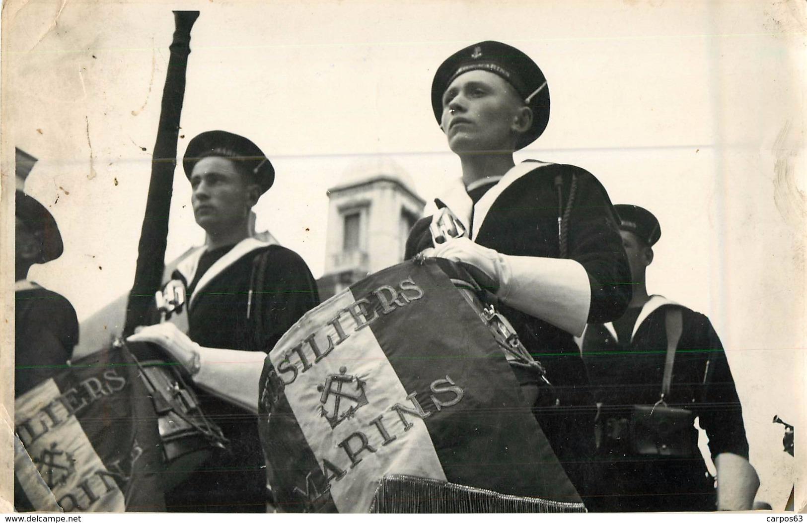 Photo Original Vichy Défilé Des Fusiliers Marins  Pour La Venue Du Maréchal Pétain  1939-1945    18x13 Cm - 1939-45