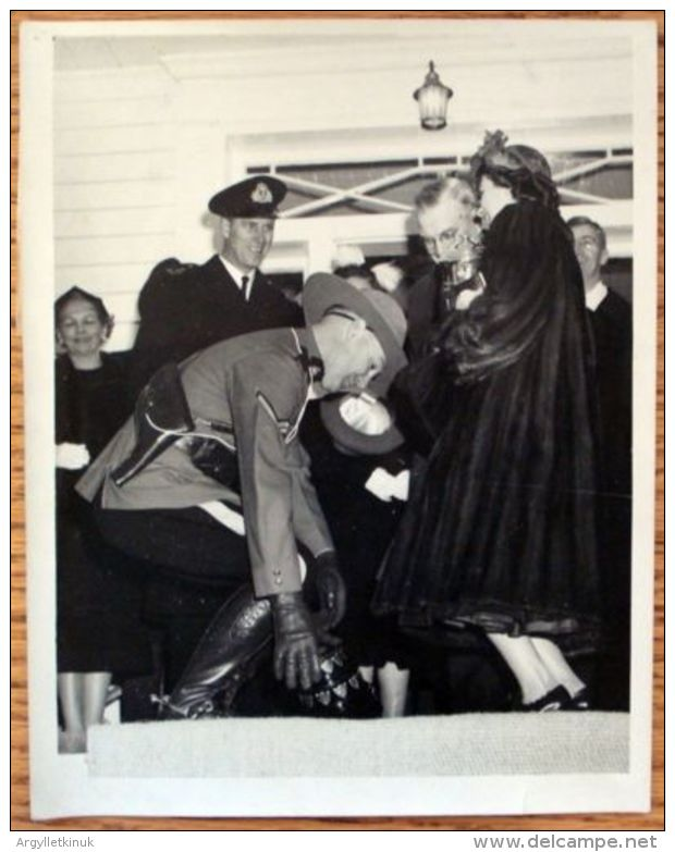 TWO FINE ORIGINAL PRESS PHOTOS QUEEN ELIZABETH II ROYAL TOUR OF CANADA 1951 - Other Collections