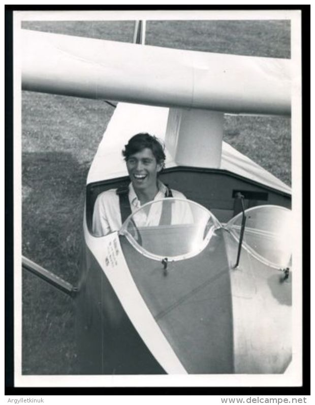 FINE ORIGINAL PRESS PHOTO PRINCE ANDREW 16 YRS FIRST SOLO GLIDER FLIGHT 1976 - Other Collections