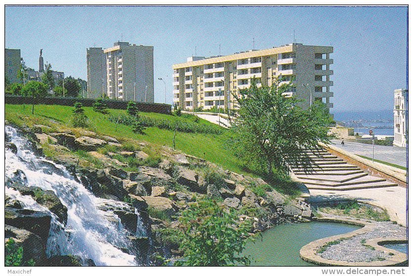 Baku -A Glimps Of The City( Immeubles Modernes, Jardins & Cascades) - Pas Circulé, Carte Coupée - Azerbaïjan