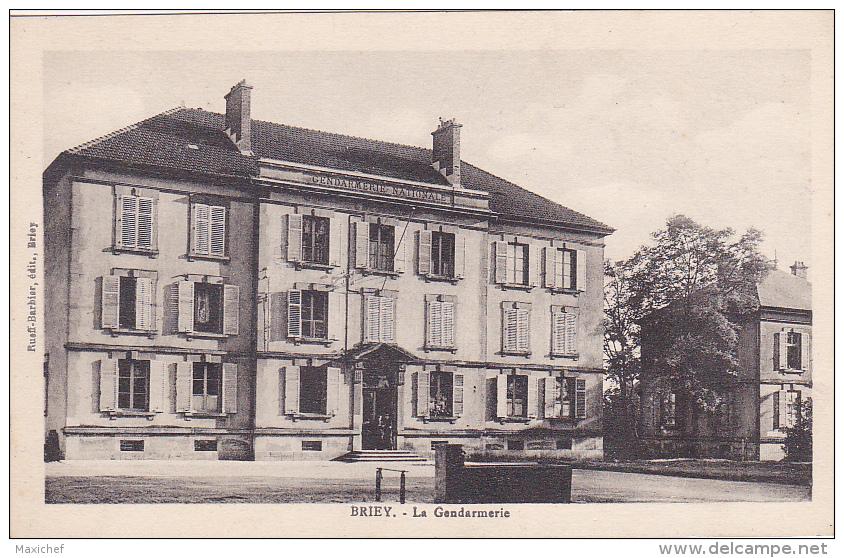Briey - La Gendarmerie (deux Gendarmes Sur Le Pas De Porte) Pas Circulé - Briey