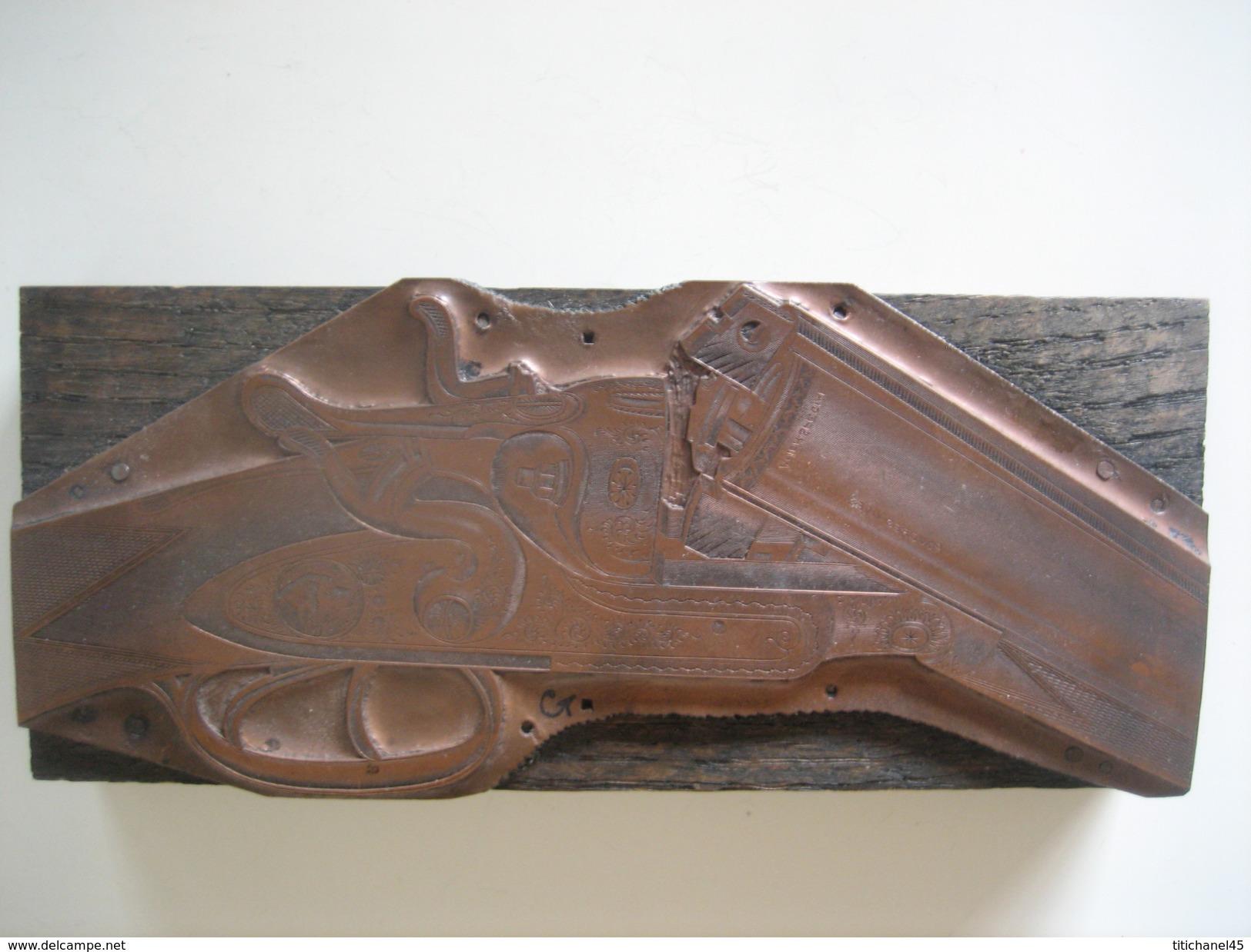 Ancienne Matrice D'imprimerie En Cuivre Rouge Sur Bois - Gravure Sur Cuivre D'un Fusil De Chasse De Luxe - Outils