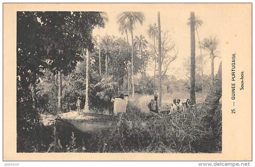 AFRIQUE  GUINEE BISSAU - GUINEE PORTUGAISE  SOUS BOIS - Guinea-Bissau