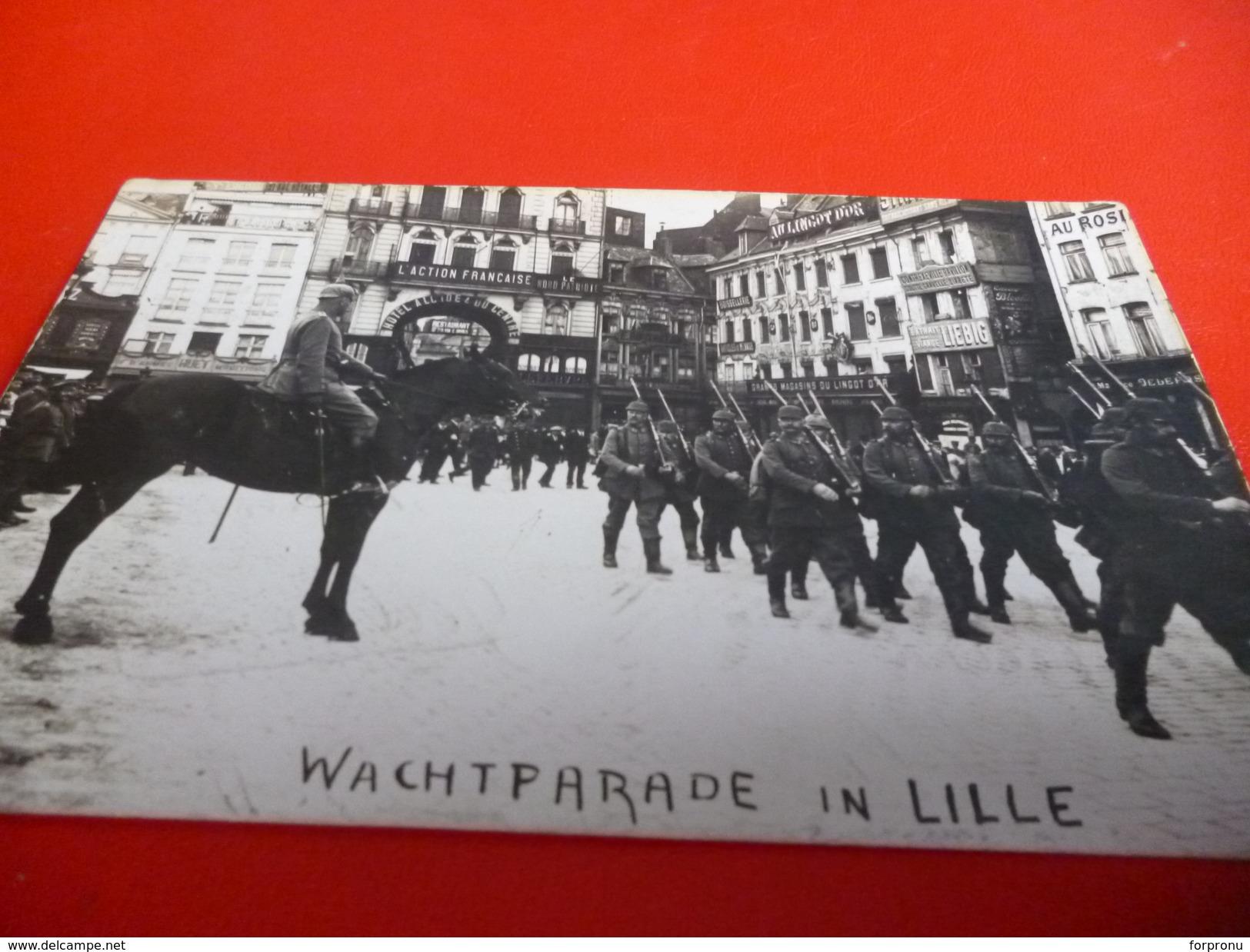 CARTE POSTALE  SOLDATS ALLEMANDS  PARADE SUR LA GRAND PLACE A LILLE (NORD)PENDANT L'OCCUPATION 14/18 - Documents