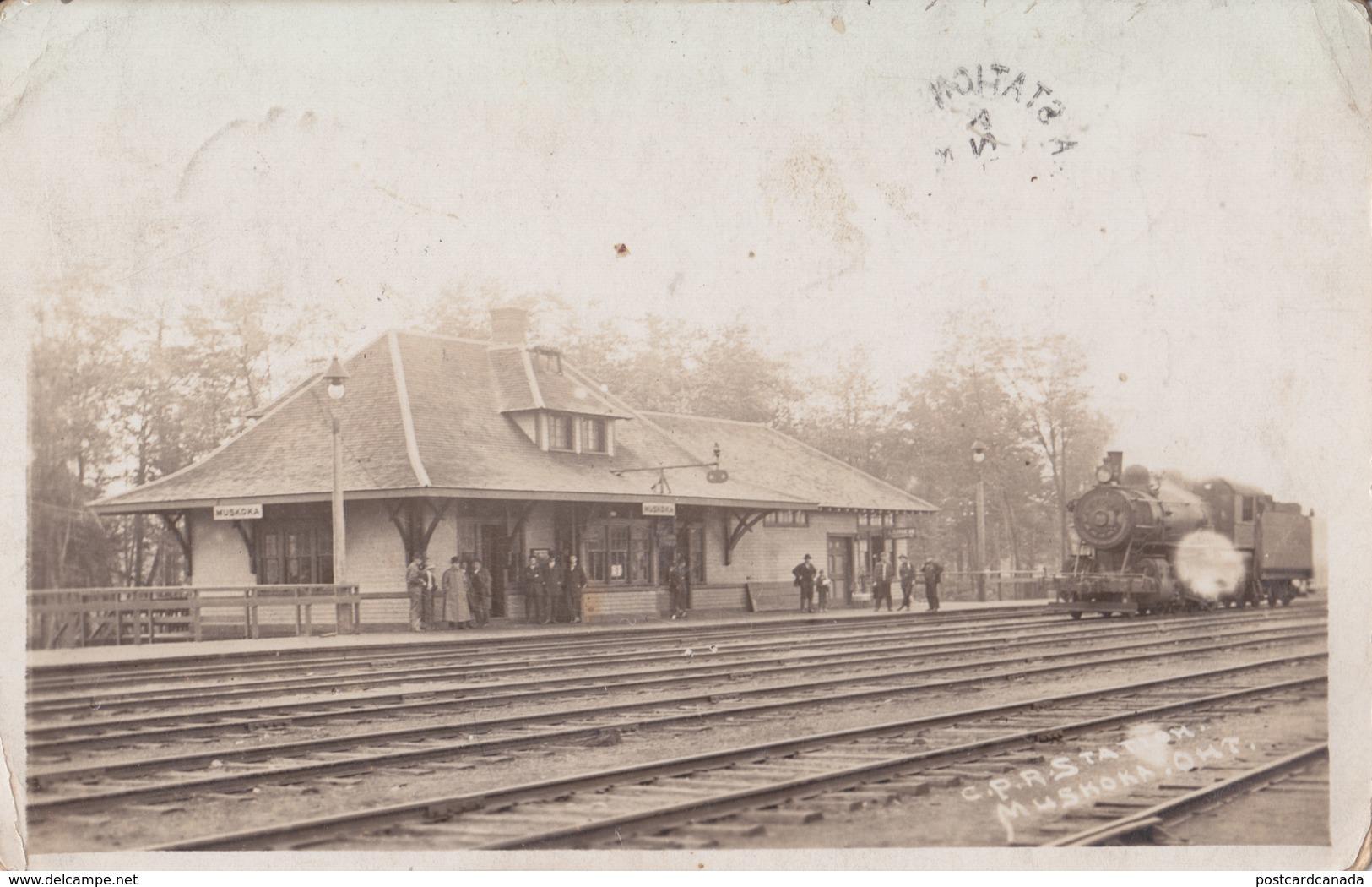 RPPC REAL PHOTO POSTCARD MUSKOKA ONTARIO TRAIN STATION RAILWAY DEPOT 1913 - Gares - Avec Trains