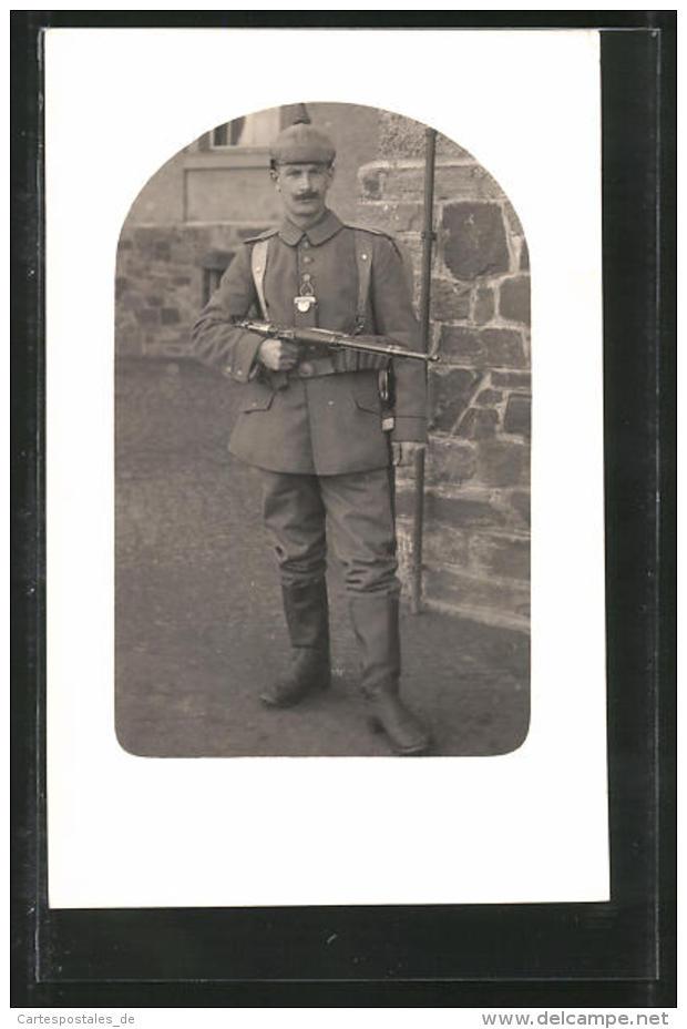 Foto-AK Soldat In Feldgrau Mit Pickelhaube-Überzug, Karabiner Und Taschenlampe - Guerre 1914-18